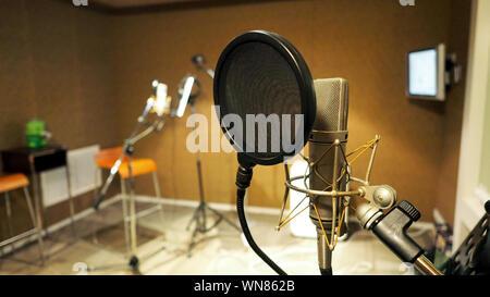 Support antichoc avec microphone et filtre anti-pop sur trépied et support note dans l'enregistrement studio de son production vidéo. Banque D'Images