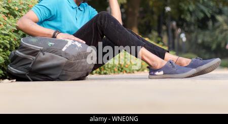 Close up Portrait of young girl à l'athlète de la sportive, tenue de sport assis sur la voie et champ près de jeux pour enfants, pour se détendre après le jogging ou Banque D'Images
