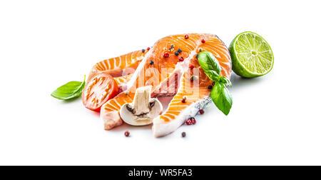 Boeuf cru saumon tomate basilic lime champignons et épices isolated on white Banque D'Images