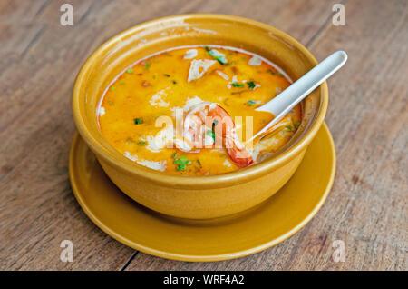 Soupe de crevettes et de citronnelle avec champignons, Tom Yam Kung ,thai food on wooden table Banque D'Images