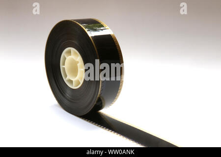 Petite Bande-annonce de film de 35mm sur un rouleau de film Bobby. C'est une longue bande de film de 2 à 3 minutes. Banque D'Images