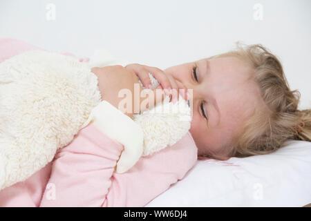 Fille avec lit en peluche, portrait Banque D'Images