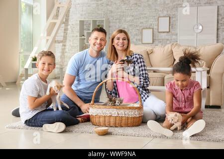 Famille avec funny Cute chatons à la maison Banque D'Images