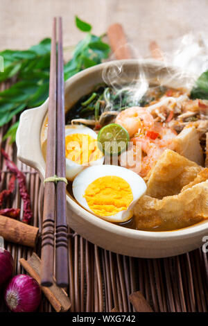 Crevette CREVETTE mee, nouilles. La Malaisie célèbre nourriture épicée cuit frais har mee en pot de terre cuite avec de la vapeur chaude. Banque D'Images
