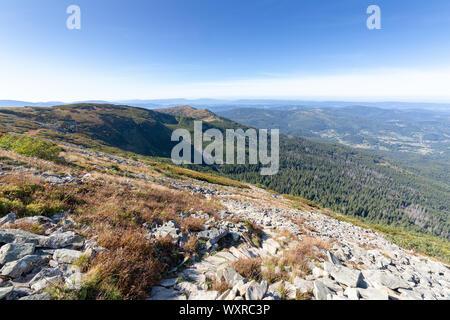 Sentier de randonnée de montagne Diablak en Pologne le jour ensoleillé Banque D'Images