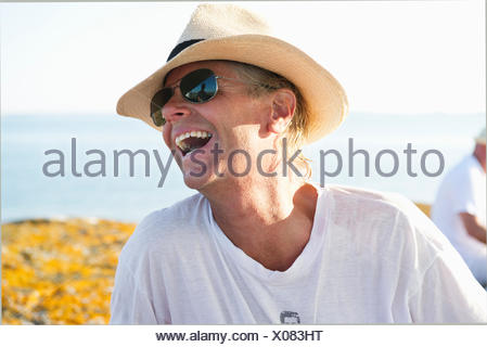 Portrait of smiling man wearing Sunglasses and straw hat Banque D'Images