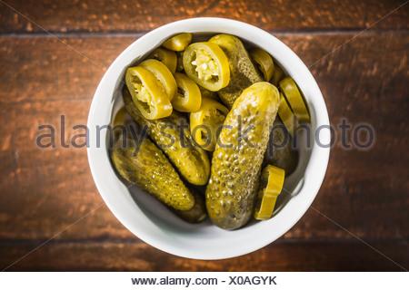 Bol de pickles et de tranches de piment Banque D'Images