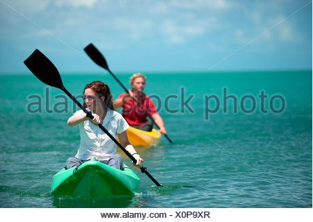 Un homme et une femme kayak en Floride. Banque D'Images