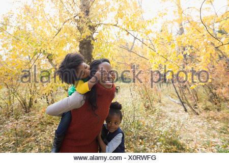 Usurpation de mère fille en automne woods Banque D'Images