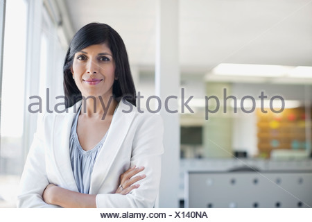 Portrait of businesswoman standing with arms crossed Banque D'Images