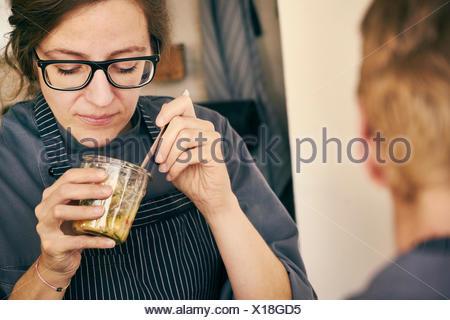 Chef de manger des aliments contenant de verre Banque D'Images