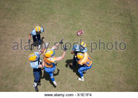 Joueur de football jouer au football Banque D'Images