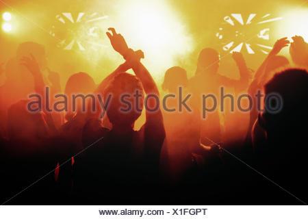 La Finlande, les silhouettes des personnes dansant au concert Banque D'Images