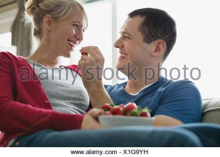 L'alimentation de l'homme romantique pour femme fraise. Banque D'Images