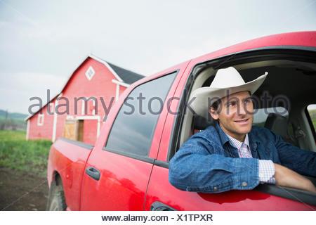 Ranch avec chapeau de cowboy camion de conduite Banque D'Images