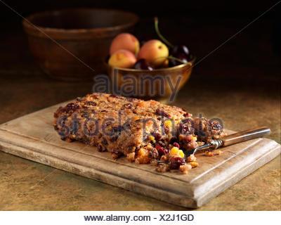 Noël fête de porc ingrédients & griottes farce avec les cerises et les pêches Banque D'Images