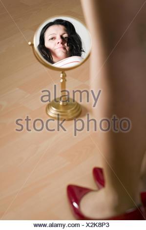 Femme, chaussures, de réflexion, d'envisager, le socle, le miroir, femme, jambes, rire, rire, Banque D'Images