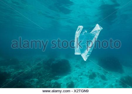 Sac en plastique à la dérive dans l'océan, Ambon, Moluques, Indonésie Banque D'Images