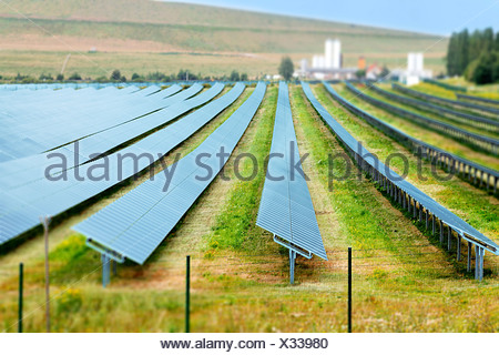 Des panneaux solaires dans une rangée. Banque D'Images