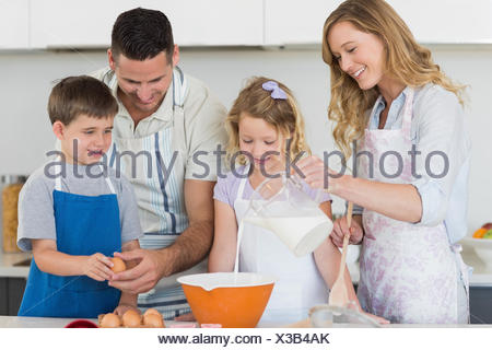 Family making cookies together in kitchen Banque D'Images