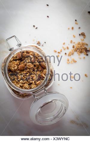 Au Beurre d'arachide dans un bocal en verre sur une table en marbre sur une vue supérieure Banque D'Images