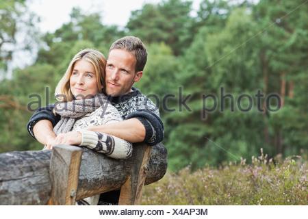 Couple sur un banc à l'écart Banque D'Images