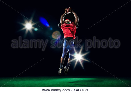 American football player catching ball Banque D'Images