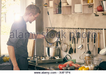 Chef cooking in commercial Kitchen Banque D'Images