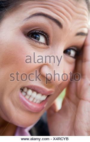 Frustrés de la femme face à l'extérieur (selective focus) Banque D'Images