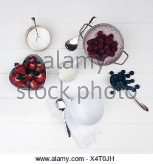 Fraises, Bleuets et framboises avec crème et sucre Banque D'Images