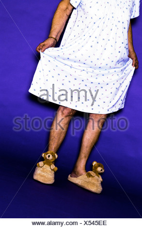 Senior woman wearing gown and bear chaussons Banque D'Images