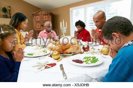 Multi Generation Family Celebrating avec repas de Noël Banque D'Images