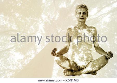 Image composite de tonique young woman sitting in lotus pose avec les yeux fermés Banque D'Images