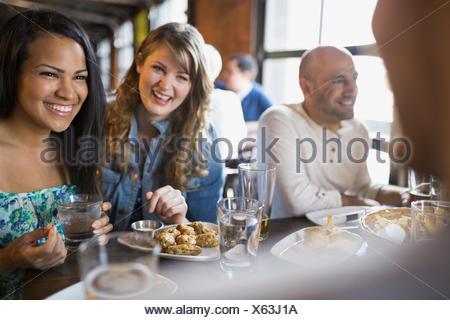 Les amis de parler et de manger en pub Banque D'Images