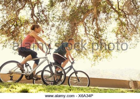 Parc à vélo en couple Banque D'Images