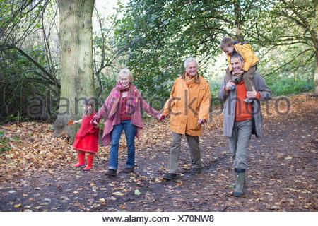 La marche à l'extérieur de la famille élargie en automne Banque D'Images