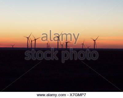 Les éoliennes en mer contre Sky pendant le coucher du soleil Banque D'Images