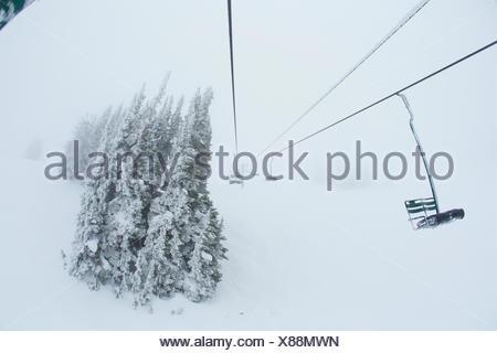 Rime couverts par gros télésiège des conditions de voile blanc. Banque D'Images