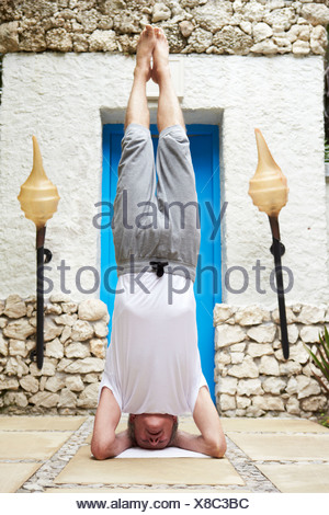 Man sur la tête en position de Yoga Banque D'Images