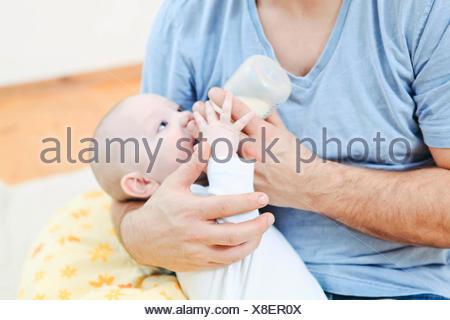 Père nourrir bébé garçon Banque D'Images