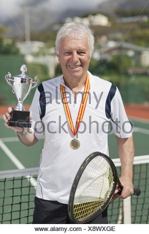 Homme plus âgé avec le trophée de tennis Banque D'Images