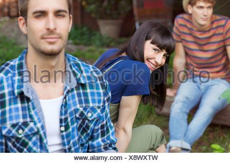 Brunette woman looking over Shoulder vers la caméra Banque D'Images
