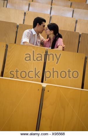 Les élèves de s'embrasser dans la salle de classe vide Banque D'Images