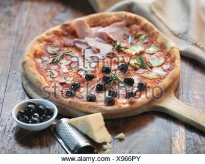 Des quattro stagioni pizza au jambon, artichauts, olives, champignons et fromage mozzarella Banque D'Images