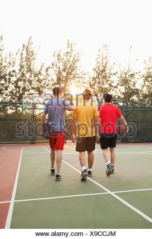 Amis aller retour à l'accueil après match de basket-ball Banque D'Images