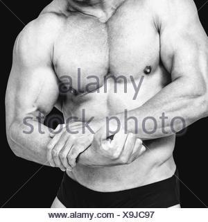 Image composite du milieu du torse nu man flexing muscles Banque D'Images