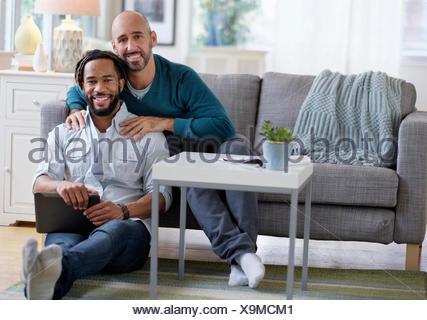 Massage homme copain par sofa in living room Banque D'Images