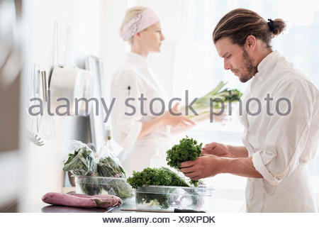 Chefs working in kitchen Banque D'Images