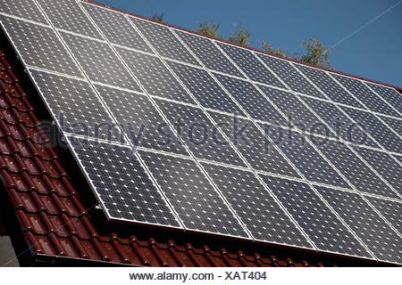 Détail de panneaux solaires sur un toit Banque D'Images
