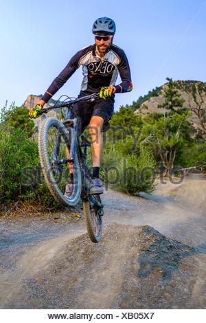 Vélo de montagne descente masculine de Hogs Back fait sauter avec location près de Durango, Colorado, USA Banque D'Images
